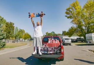 6 अक्टूबर, 2020 को ओशन स्प्रे द्वारा जारी की गई फोटो में नातान अपोडाका को इडाहो फॉल्स, इडाहो में ओशन स्प्रे उत्पादों के साथ एक ट्रक के पीछे खड़े होकर अपना स्केटबोर्ड पकड़े हुए दिखाया गया है।  अपोडाका 22-सेकंड के टिकटोक वीडियो से प्रसिद्धि प्राप्त कर रहा है जिसमें वह क्रैनबेरी रस चुगता है और फ्लीटवुड मैक ड्रीम्स के साथ गाता है, जबकि एक इडाहो राजमार्ग पर एक लॉन्गबोर्ड के नीचे मंडराता है।  पिछले महीने इसे पोस्ट करने के बाद से वीडियो को 28 मिलियन बार देखा जा चुका है।  ओशन स्प्रे, जिसका रस एपोडाका वीडियो में घूमता हुआ दिखाई देता है, उसे इस सप्ताह रस के साथ एक नया ट्रक दिया।  (एपी के माध्यम से वेस्ले व्हाइट / ओशन स्प्रे)
