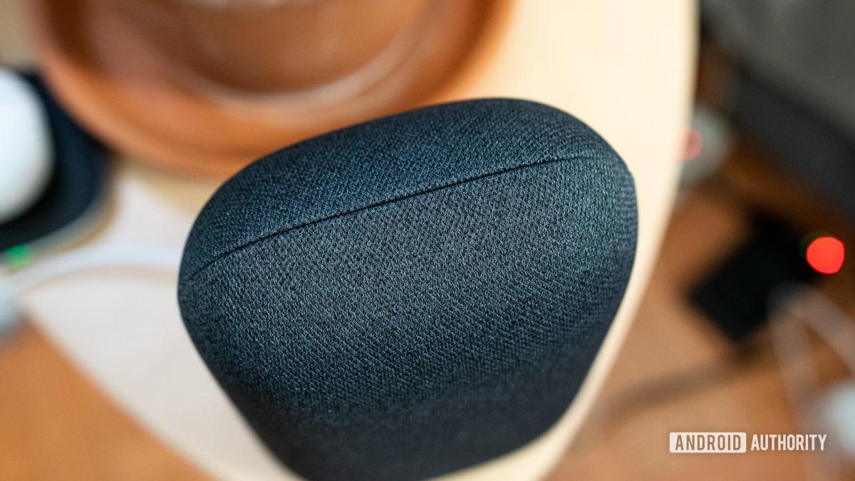 चित्रित किया गया है ग्रे Google नेस्ट ऑडियो कपड़े एक बेडसाइड टेबल पर सिलाई है
